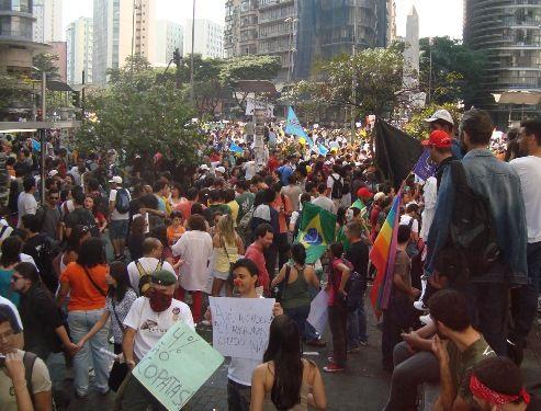 Povo ocupa ruas e praças por Novo Brasil